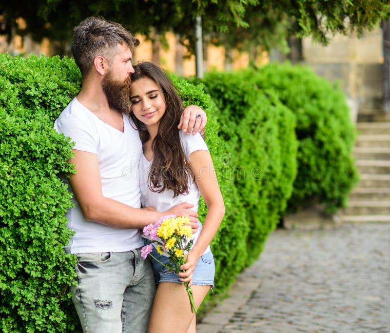 Koppla ihop det förälskade romantiska datumet går naturen parkerar bakgrund Mannen uppsökte hipsteren kramar den ursnygga flickvä royaltyfri fotografi