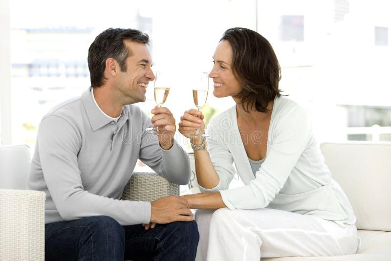 Koppla ihop dricka champagne arkivbilder