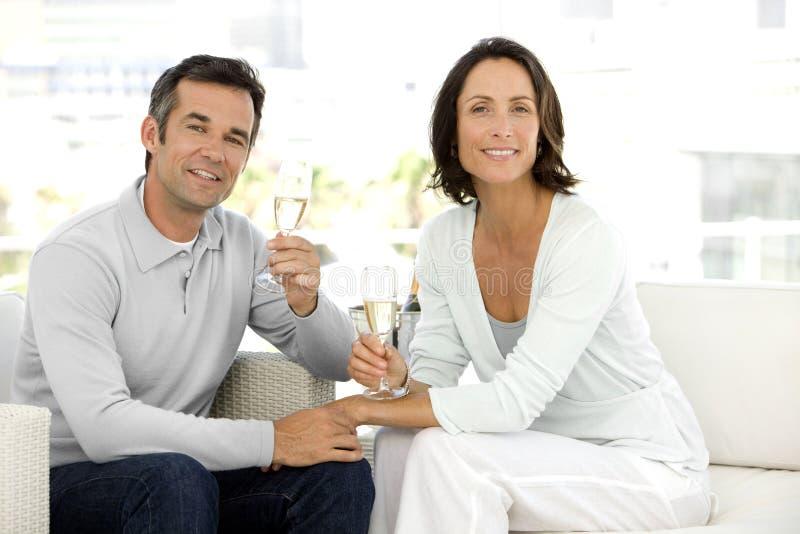 Koppla ihop dricka champagne fotografering för bildbyråer