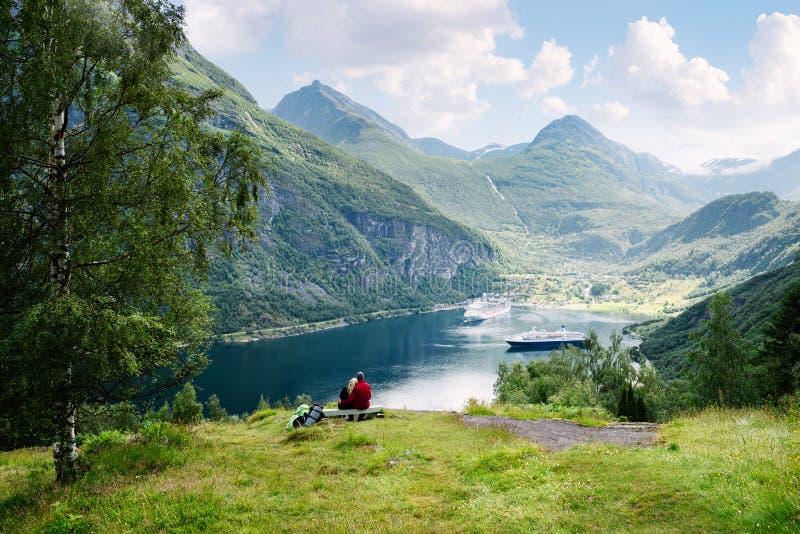 Koppla ihop förälskade drömmar av en kryssning i Norge arkivbilder