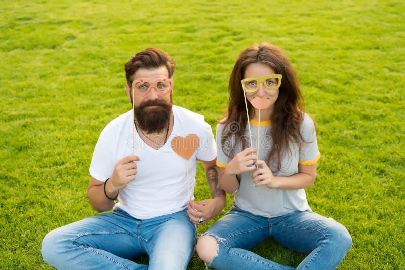 Koppla ihop förälskade gladlynta ungdombåsstöttor emotionellt folk Framsidor för skäggig hipster för man gladlynta och för nätt k royaltyfri bild