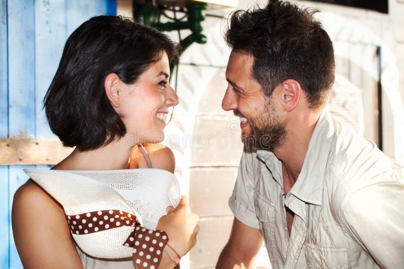Koppla ihop förälskade skämt på restaurangen vid sjön royaltyfri foto