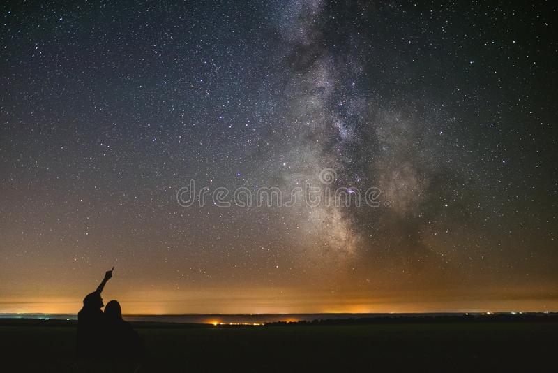 Koppla ihop förälskade under-stjärnor av mitten vår hem- galaxVintergatan Två personer på natten under stjärnor arkivfoton