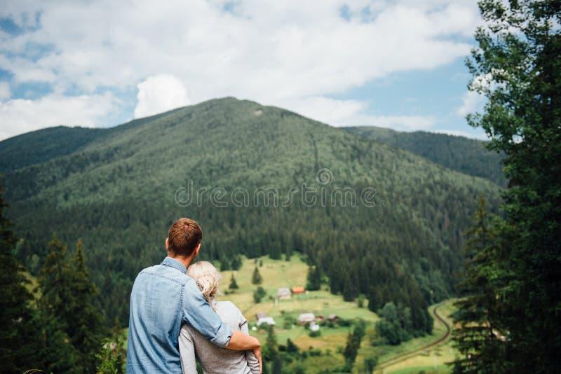 Koppla ihop förälskat gå i bergen och att ha gyckel royaltyfri foto