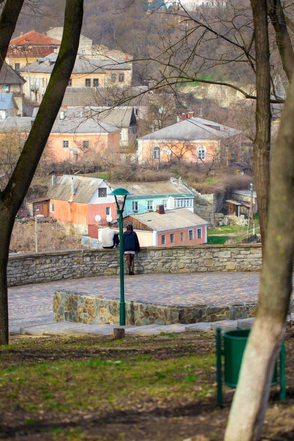 Koppla ihop förälskat på bakgrunden av den gamla staden fotografering för bildbyråer
