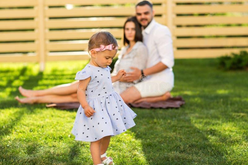 Koppla ihop förälskat på en picknick med dottern nära deras hem, Americ fotografering för bildbyråer