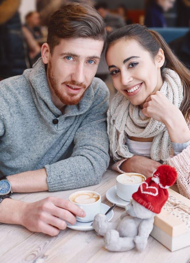 Koppla ihop förälskat på ett datum i kafé i valentindag royaltyfria foton