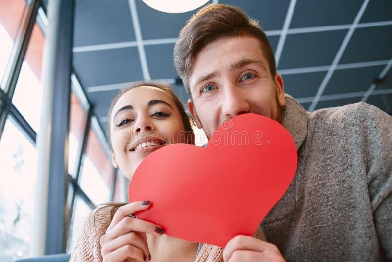Koppla ihop förälskat på ett datum i kafé i valentindag arkivfoto