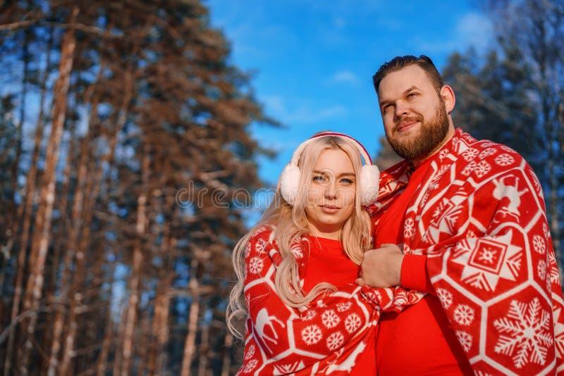 Koppla ihop förälskat på går i vintern, ett romantiskt förhållande mellan en man och en kvinna royaltyfria foton