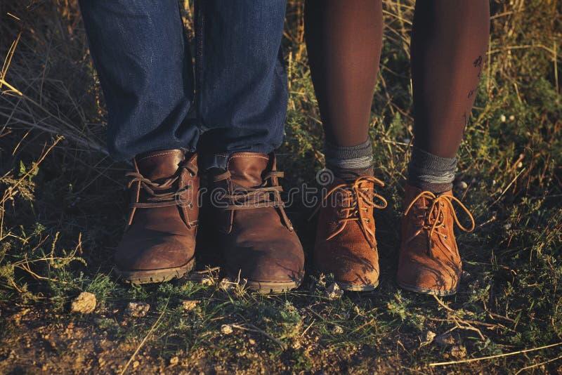 Koppla ihop förälskat romantiskt utomhus- för man- och kvinnafot med höst s royaltyfri fotografi