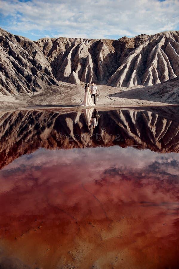 Koppla ihop förälskelse i sagolika berg som kramar nära den röda sjön, sagolikt landskap Vänner går i berg i sommar arkivbilder
