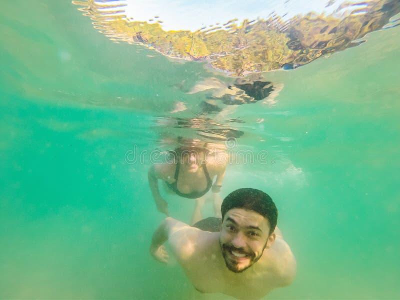 Koppla ihop f?r?lskat uppfriskande undervattens- p? semester dykning arkivbild
