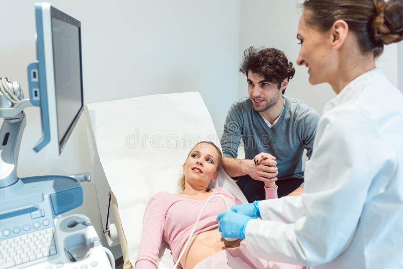 Koppla ihop i reproduktionskliniken som den är, lycklig som frun, är pregnan fotografering för bildbyråer