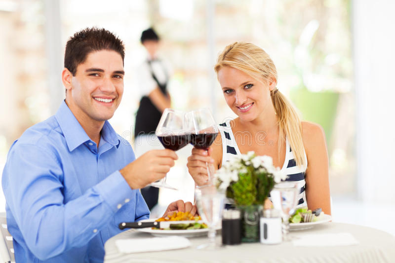 Koppla ihop i restaurang royaltyfri foto