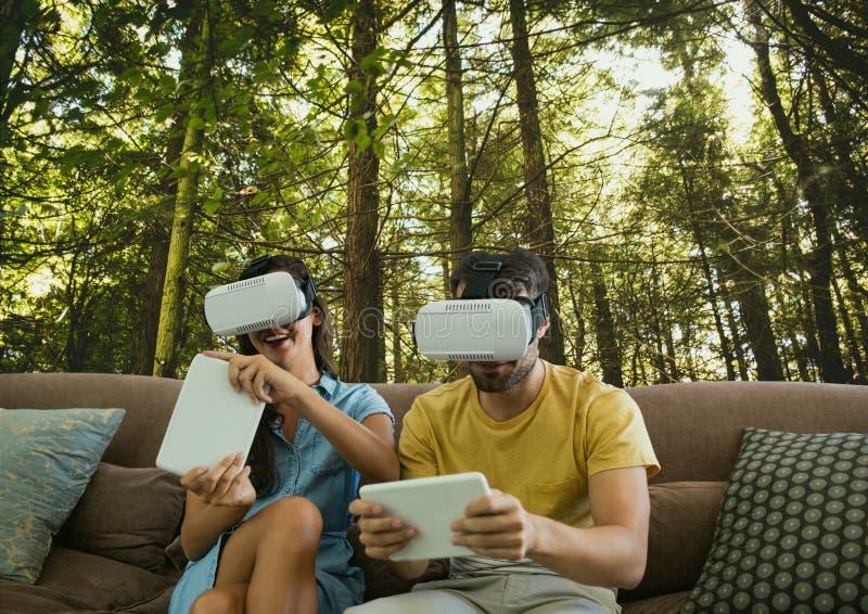 Koppla ihop i VR-hörlurar med mikrofon som spelar mot träbakgrund arkivfoto
