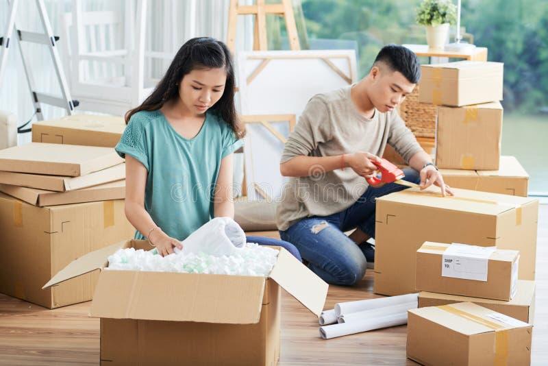 Koppla ihop inpackning och uppackning av askar royaltyfri fotografi
