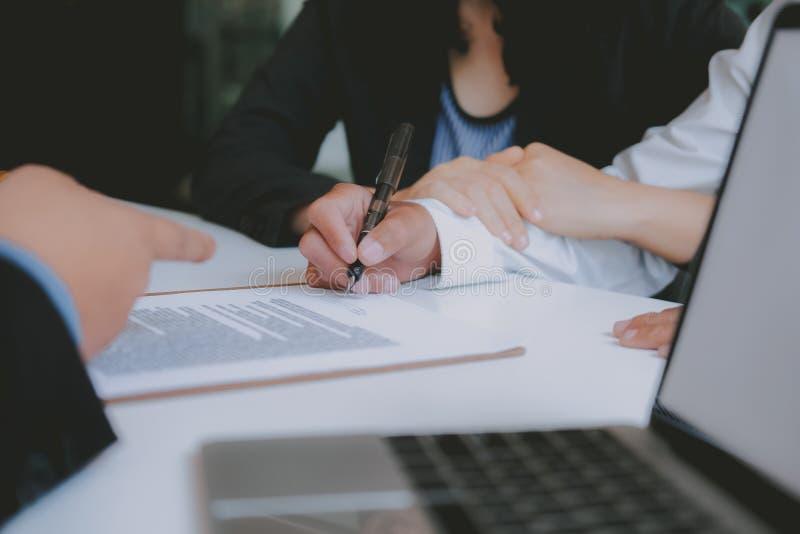 Koppla ihop köpande som hyr husunderteckning, intecknar avtalsöverenskommelse med fastighetsmäklarefastighetsmäklaren royaltyfria foton