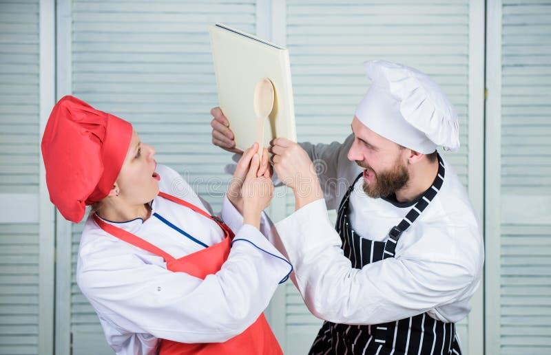 Koppla ihop kampen för bokrecept F?rb?ttra att laga mat expertis Bokrecept Hj?lpsam kulinarisk bok Laga mat f?r f?r kvinnakock oc royaltyfria bilder