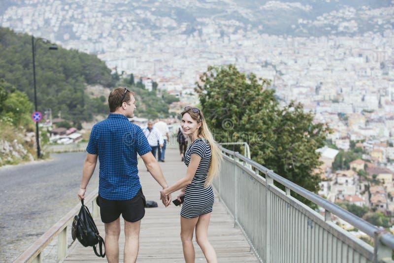 Koppla ihop mannen och kvinnan som går runt om staden med ett romantiskt och lyckligt royaltyfri bild