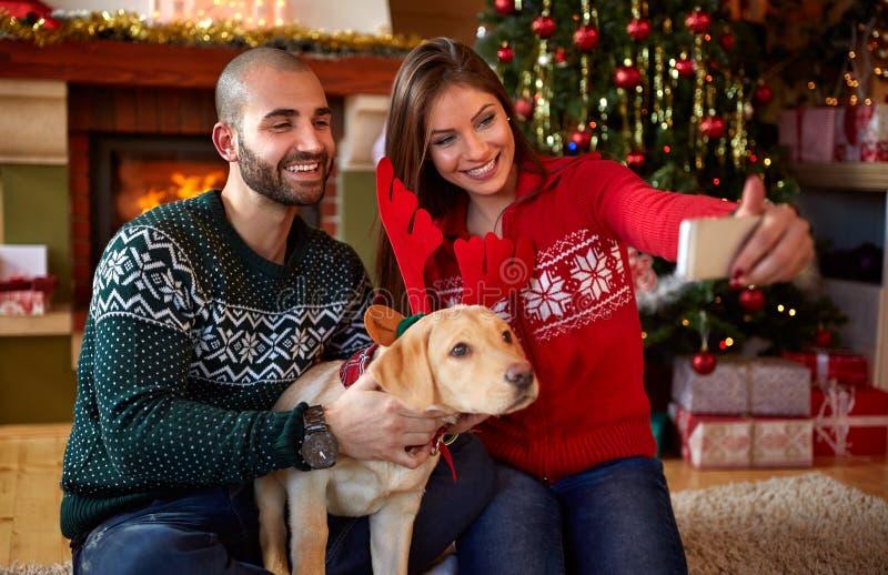 Koppla ihop med hunden som tar selfie på julholydays arkivfoto