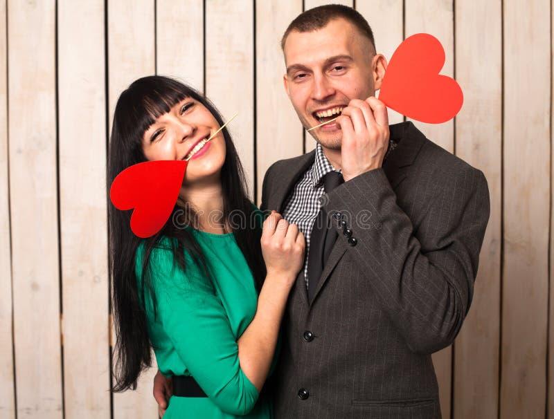 Koppla ihop med röd hjärta arkivfoton