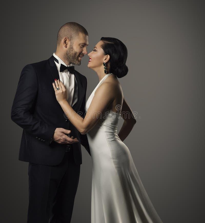 Koppla ihop modeståenden, den eleganta mannen och den härliga kvinnan fotografering för bildbyråer