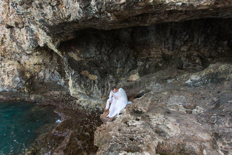 Koppla ihop nygifta personer brud och brudgumskratt och leenden det till varandra, lyckliga och glade ögonblicket Man och kvinna  royaltyfria foton