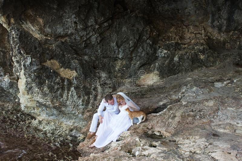 Koppla ihop nygifta personer brud och brudgumskratt och leenden det till varandra, lyckliga och glade ögonblicket Man och kvinna  arkivbild