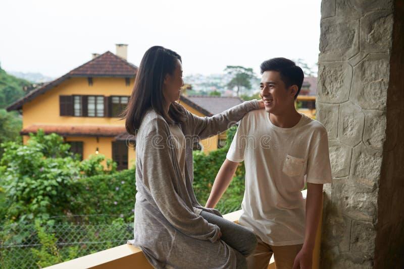 Koppla ihop på balkong royaltyfria foton