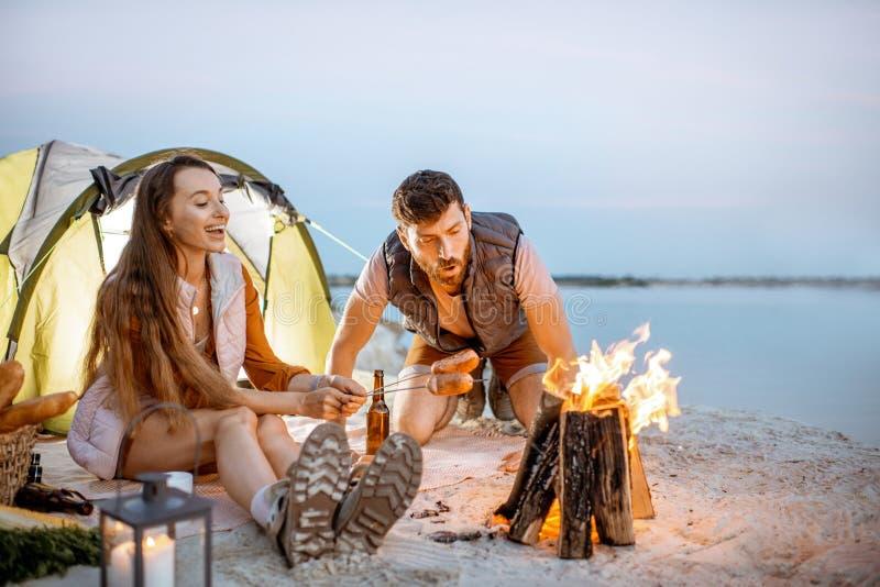 Koppla ihop på campingplatsen på stranden arkivfoton