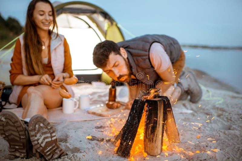 Koppla ihop på campingplatsen på stranden arkivfoto