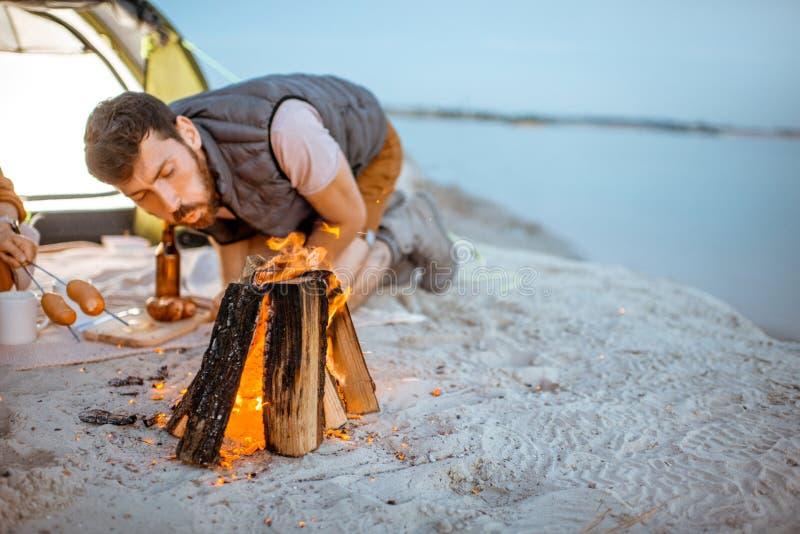 Koppla ihop på campingplatsen på stranden royaltyfria foton