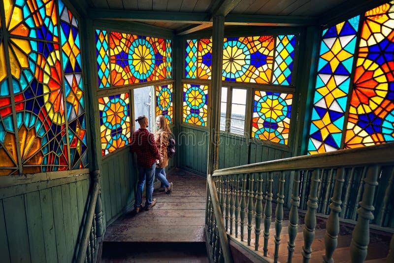 Koppla ihop på de färgrika fönstren i gamla Tbilisi arkivfoto