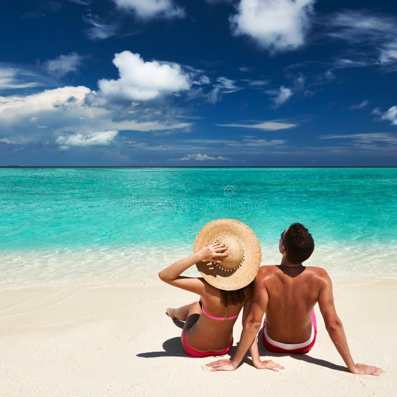 Koppla ihop på en strand på Maldiverna arkivfoto