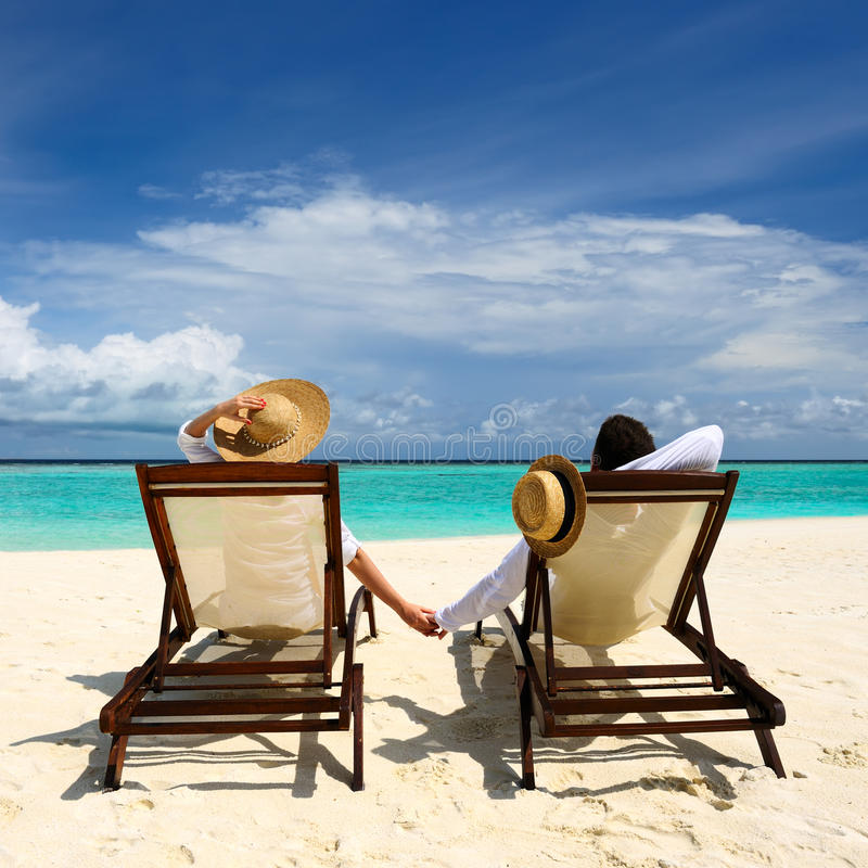 Koppla ihop på en strand royaltyfri bild