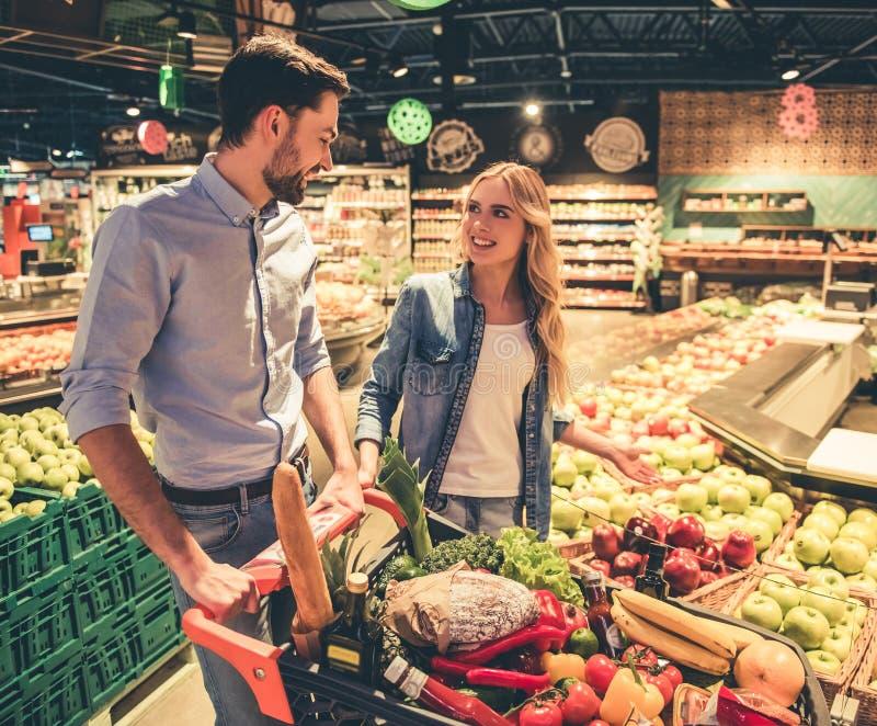 Koppla ihop på supermarketen royaltyfri fotografi