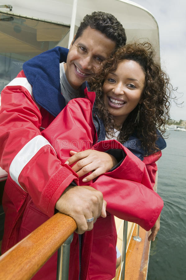 Koppla ihop på yachten under semester fotografering för bildbyråer