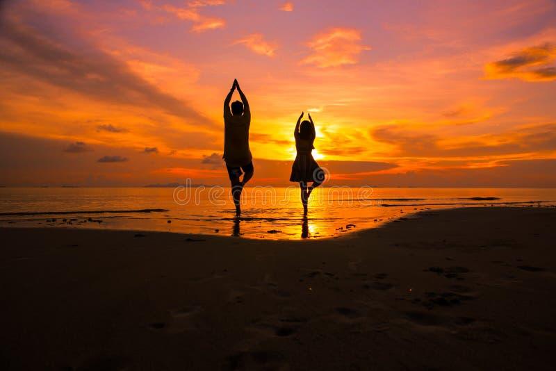 Koppla ihop p? stranden p? solnedg?ngkontur-romantiker sommar royaltyfri bild