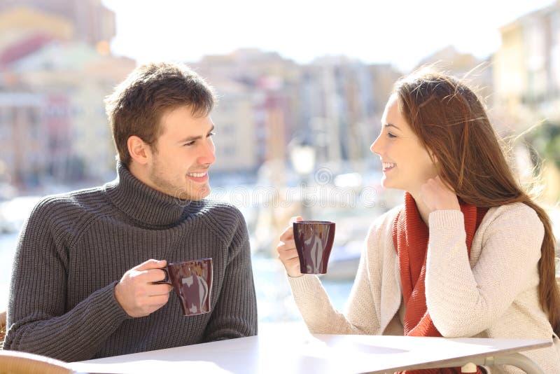 Koppla ihop samtal i en coffee shop i en promenad royaltyfri bild