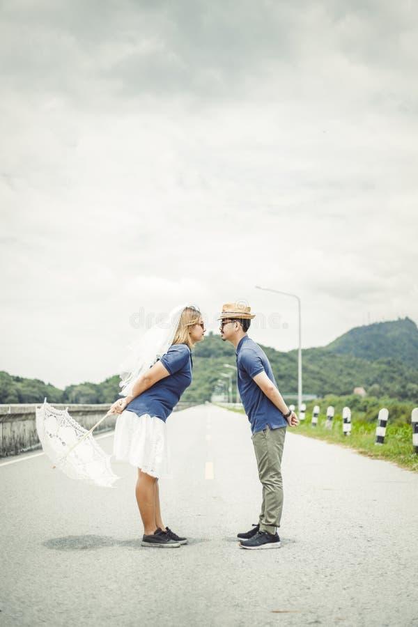Koppla ihop ställningen på vägen och ta fotoet tillsammans för att gifta sig arkivfoto
