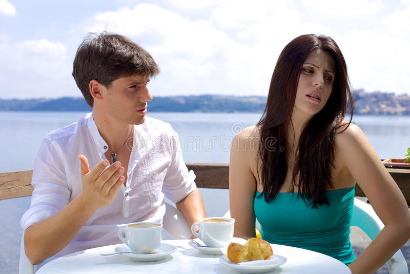 Koppla ihop stridighet i semester under frukosten på sjön arkivbilder