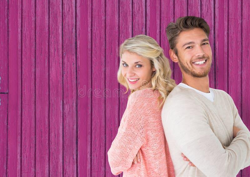 koppla ihop tillbaka med baksida som ler med rosa wood bakgrund arkivfoton