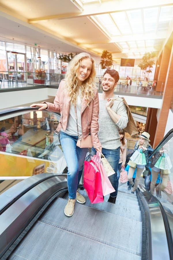 Koppla ihop tillsammans i shoppinggalleria arkivfoton