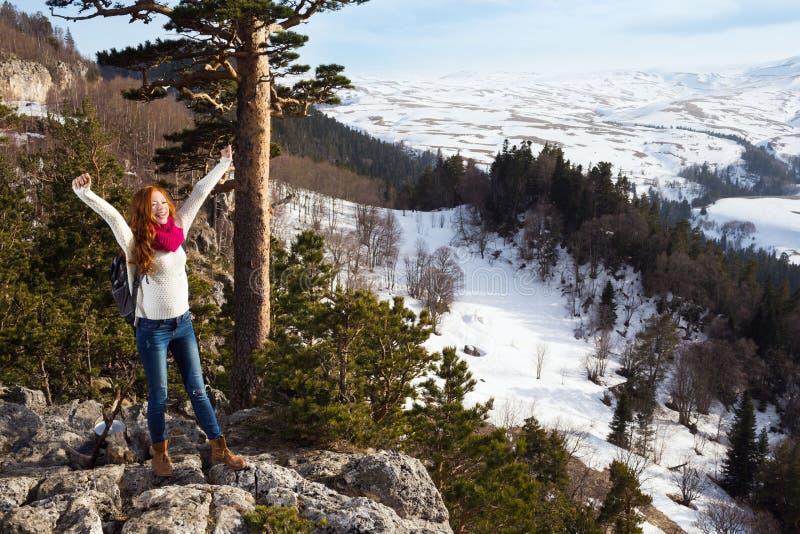 Koppla ihop turister kvinna och mansammanträde på lägret i skogen royaltyfri bild