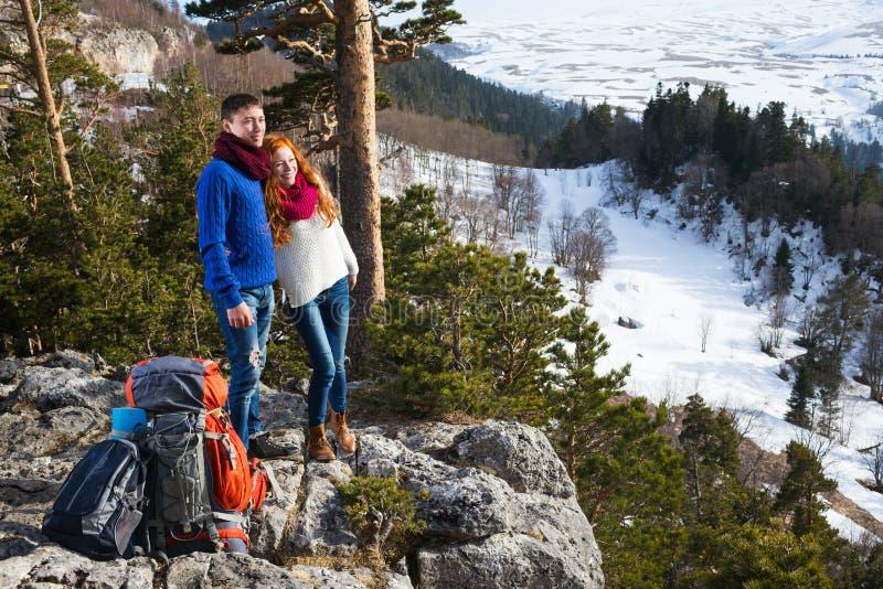 Koppla ihop turister kvinna och mansammanträde på lägret i skogen royaltyfri fotografi