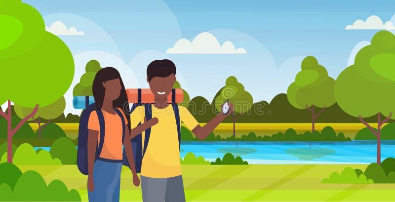 Koppla ihop turistfotvandrare som använder kompasset som söker riktningen som fotvandrar handelsresande för afrikansk amerikan fö stock illustrationer