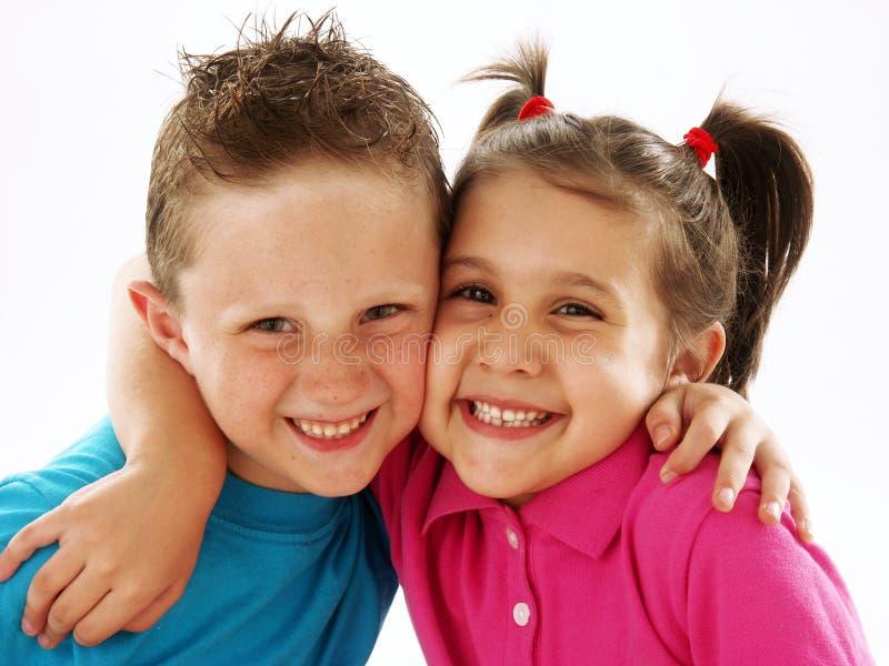 Koppla ihop ungar. royaltyfria bilder