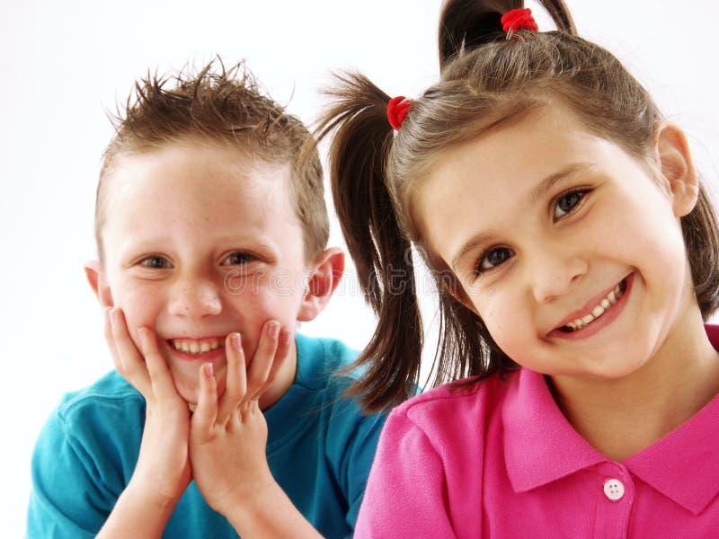 Koppla ihop ungar. royaltyfri fotografi