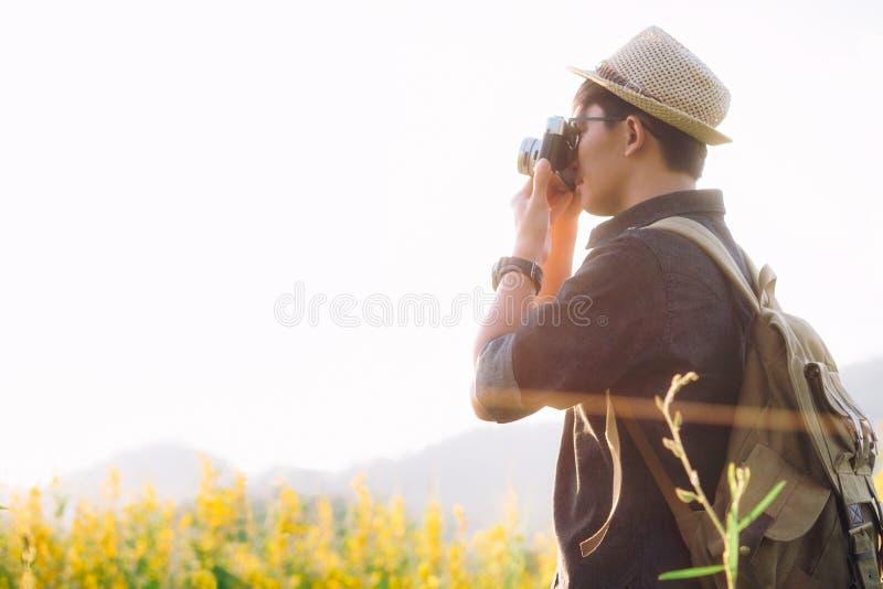 Kopplar av den unga mannen för den utomhus- sommarlivsstilen med kameraloppphot fotografering för bildbyråer