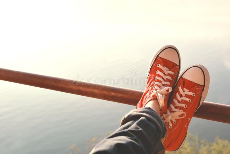 Kopplar av foten röd gymnastiksko en flicka i natur och tid arkivbilder